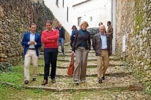 Responsables de la Diputación y Fuenteheridos durante la visita a la localidad serrana.