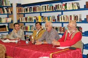 Un momento de la presentación en Puebla de Guzmán de 'Perseguidos', el nuevo libro de Rafael Moreno.