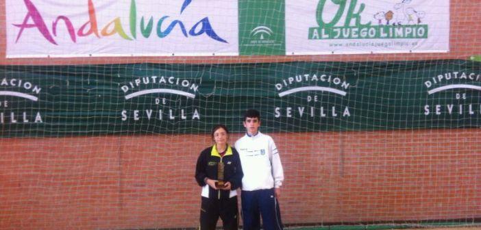 Alba Gómez y Ricardo Durán, jugadores del CD Bádminton Huelva.