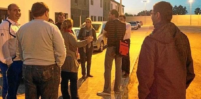 La concejal socialista conversa con los vecinos.