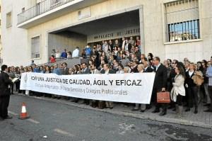Concentración de los procuradores en el Palacio de Justicia de Huelva.