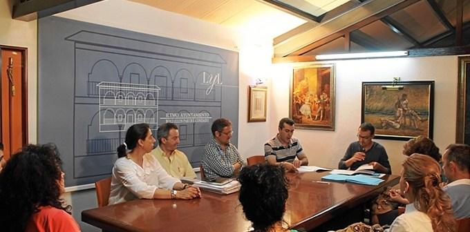 Reunión del alcalde con las tiendas de comestibles en Bollullos.