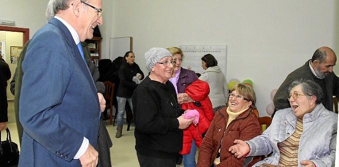 El alcalde, durante su visita a la Asociación de Vecinos de Los Rosales.