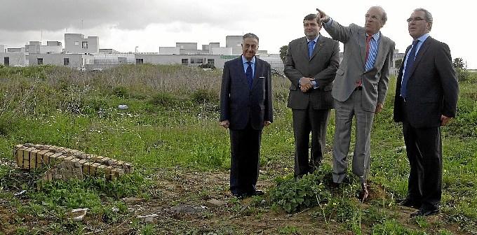 Imagen de archivo en la que el entonces rector y el alcalde visitan los terrenos donde iría la facultad.