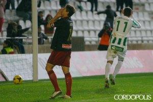 Jesús Vázquez se lamenta tras su fallo que propició el gol de Arturo. (Madero Cubero)