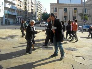 Daniel Hernando repatiendo  folletos en Huelva.