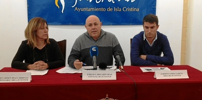 La responsable del Area de Juventud, el concejal y el tecnico, durante la rueda de prensa