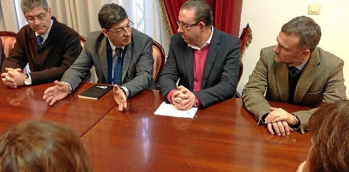 Valderas conversa con el alcalde de Aracena.