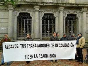 Trabajadores afectados ante el Ayuntamiento de Huelva, hoy