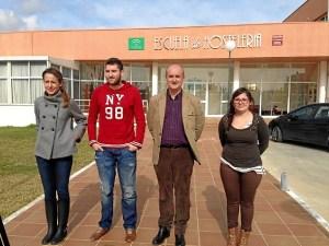 El alcalde de Lepe en la visita que ha realizado este lunes a la Escuela.