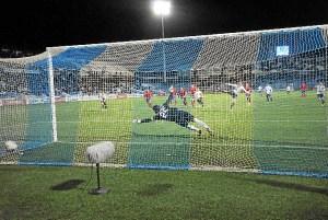 El penalti marcado en el tiempo de prolongación ha dado el empate al Recre. (Espínola)