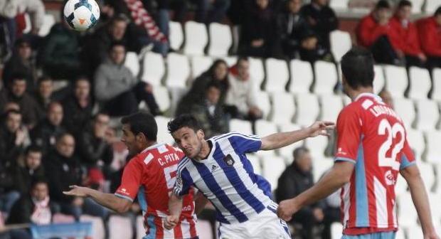 Zamora despejando un balón ante Pita, del Lugo.