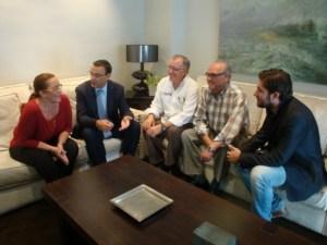 Maria Luisa Faneca e Ignacio Caraballo, con representantes de la AOPD.
