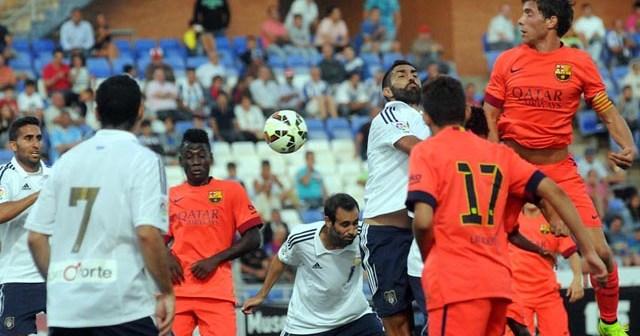 Menosse, en un salto con jugadores del FC Barcelona. (Espínola)
