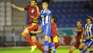 Juanan peleando por un balón por alto ante un jugador del Alavés. (El Correo Vasco)