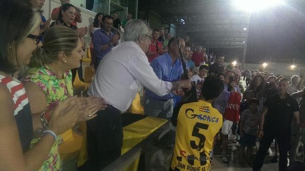 Germán, capitán del San Roque de Lepe, recoge el trofeo ganador del Trofeo de La Bella.