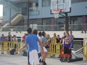 Tres por tres de baloncesto en Islantilla.