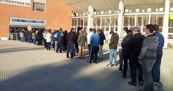 Aficionados del Recreativo de Huelva haciendo colas en las taquillas del Nuevo Colombino.