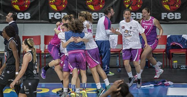 Jugadoras del CB Conquero celebrando la victoria ante Girona.