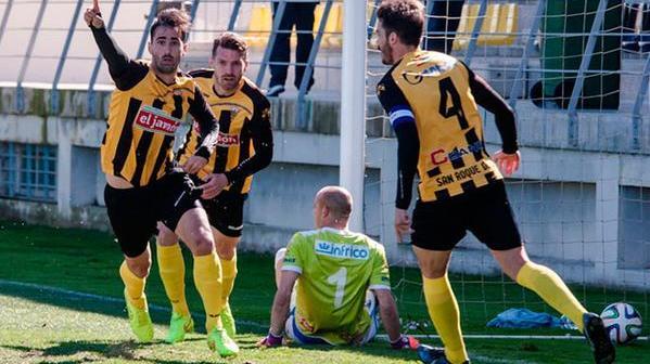 Súper, central del San Roque de Lepe, celebrando un gol.
