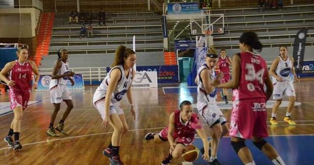 María Asurmendi, peleando un balón ante Gernika. (Tenor)