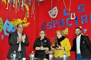El presidente de Los Espaciales, la Alcaldesa, la homenajeada y el hijo de Pepe Perez