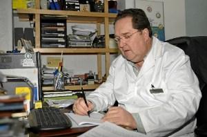 Manuel Martinez. en su farmacia.