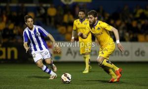 Alvaro Antón presionando a un jugador del Alcorcón.