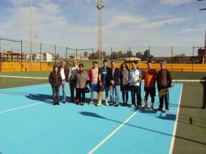 El Alcalde de Gibraleon con los tenistas en las reformas de las pistas.