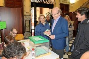 El alcalde de Huelva en el momento de votar.