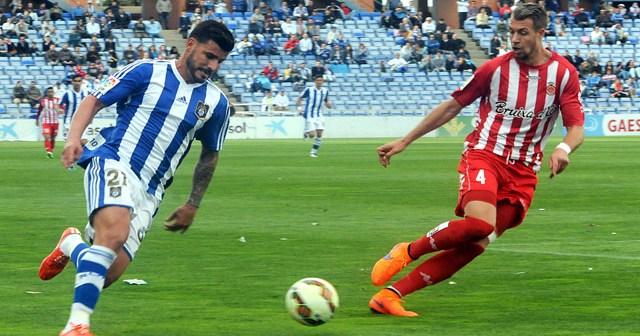 Braulio ante un jugador del Girona. (Espínola)