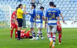 Zamora pide explicaciones al árbitro por la amarilla. (Espínola)