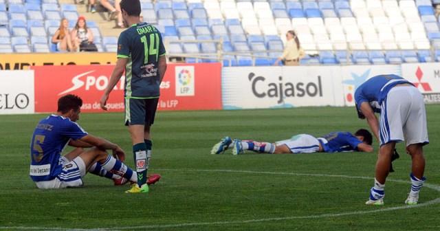 Futbolistas del Recreativo de Huelva, hundidos tras una nueva derrota. (Espínola)