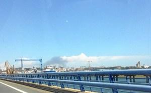 El humo del incendio podía verse desde el puente del Odiel.