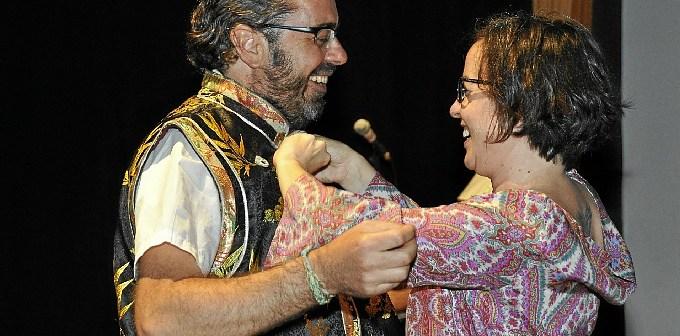 Ana Perez entrega La casaca del corazon arcaico a Angel   Calle