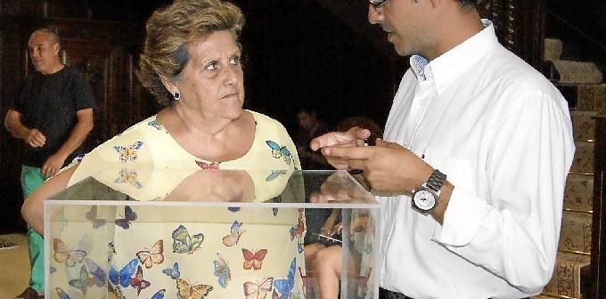 El concejal explica el contenido del documento a la Alcaldesa