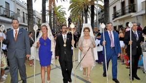 Antonia Grao, Alcaldesa de Isla Cristina junto a los miembros de la Junta de Gobierno de la Hermandad, su Hermano Mayor y el Pregonero, en la presidencia