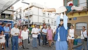 La Alcaldesa y el resto de autoridades observan uno de lso espectaculos de la muestra