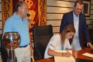 Marta Garrido firmando en el libro de honor del Ayuntamiento de Punta Umbría.