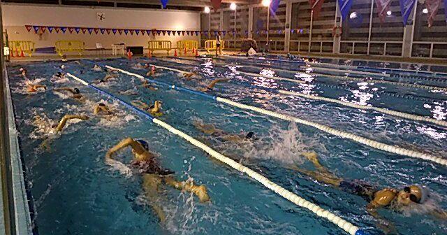 Cursos de natación en el polideportivo Diego Lobato.