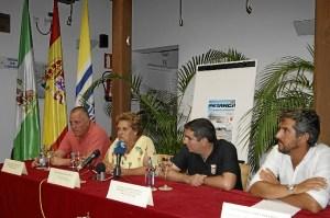 La Alcaldesa y el concejal de Deportes junto a los integrantes del Club Virgen del Mar en la presentacion