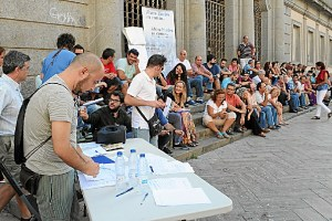 Imagen de archivo de la asamblea celebrada en plena calle por Ahora en Común-Huelva.