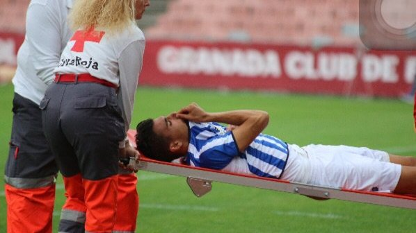 Diego Jiménez retirándose lesionado del campo. (Javier del Camps)