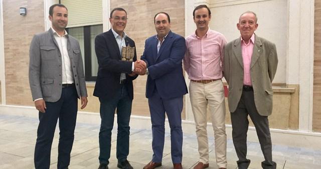 Ignacio Caraballo, presidente de la Diputación de Huelva, junto a miembros de La Palma CF.