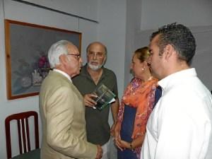 el autor con los representantes municipales