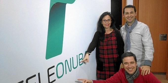 Presentadores en los estudios de Teleonuba.