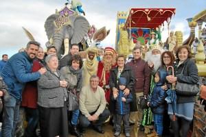 La Alcaldesa y concejales reciben a los Reyes a pie de muelle