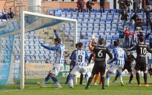 Jugadores del Decano celebrando el gol ante la Balompédica Linense. (Espínola)
