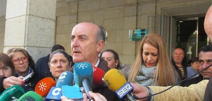 El alcalde de Lepe atiende a la prensa tras pedir una reunión con el consejero.