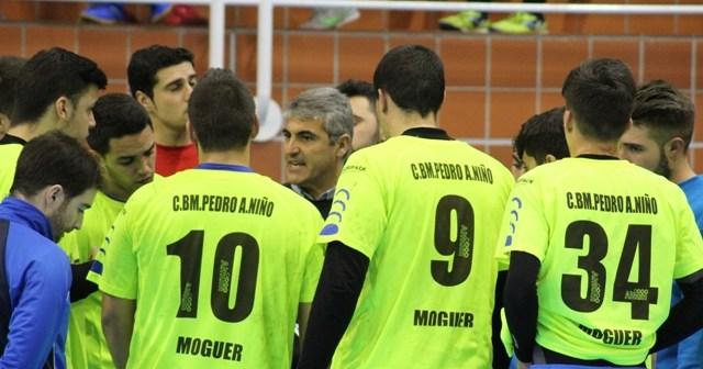 Julio Bermúdez, técnico del PAN Moguer, dando instrucciones a sus jugadores.